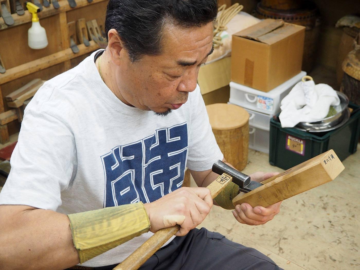 父親の代から職人として宮本卯之助商店で働く山下圭一さん