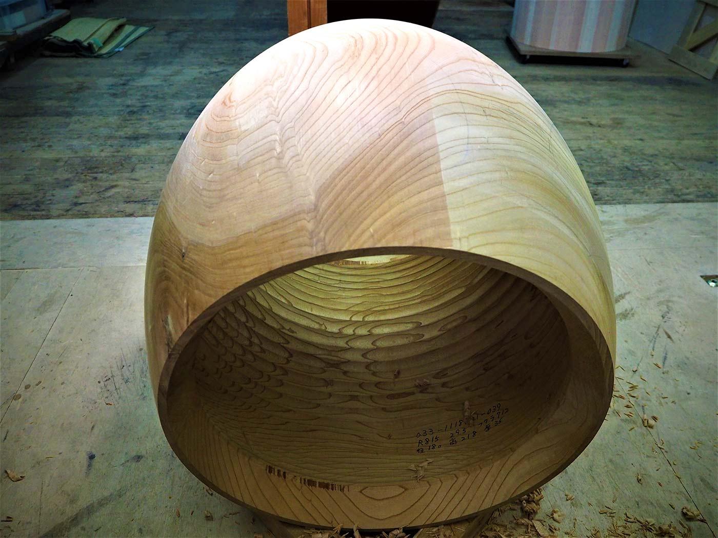 面が1尺8寸(約54.5センチ)の長胴太鼓。長胴太鼓を作るときには、木を無駄にしないためにくり抜いた内部の木からさらに小さな太鼓を作る