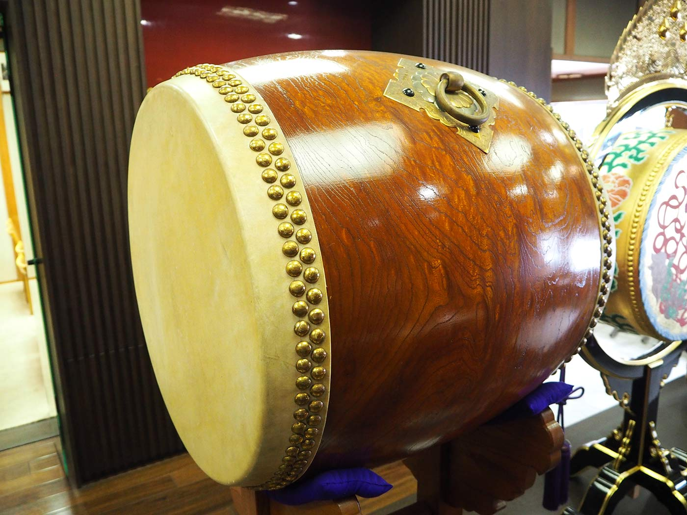 太鼓の革が茶色いのも昔ながらの製法の証