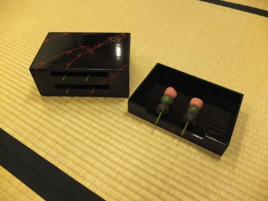 田楽箱という、お団子が転がらずに収納できるよう作られた箱。お団子は京都・二條駿河屋さんのもの