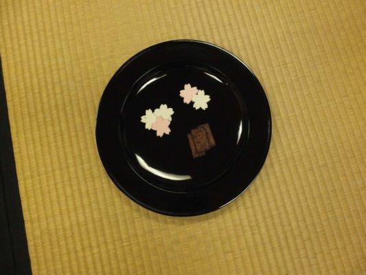 2種目のお茶菓子は花びらをかたどった伊賀上野・紅梅屋の「さまざま桜」と京都・かぎや政秋の「ときわ木」を木の幹に見立てて