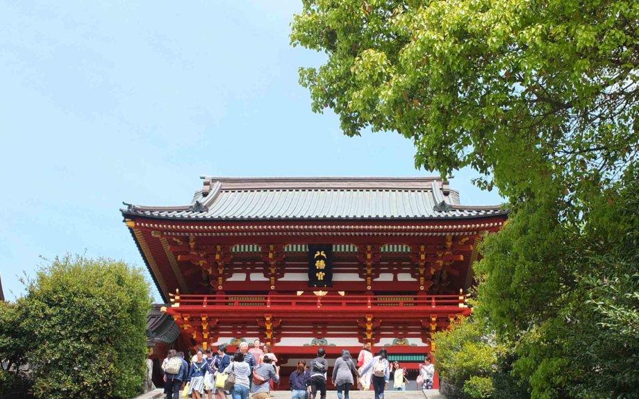 大仏や寺社などに集う人々で賑わう歴史と文化の街