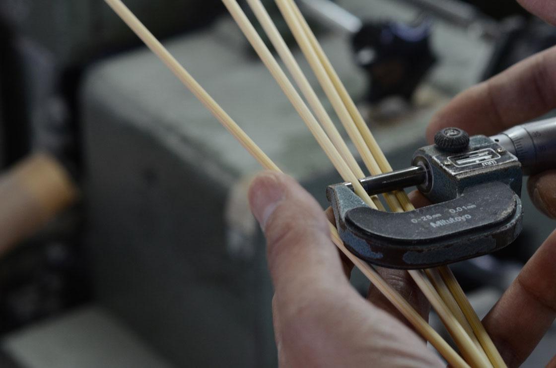 編み針に求められるのは一定の太さ。天然素材とはいえ、厳格にサイズを合わせます