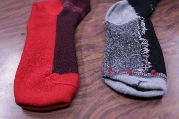 もともとバンナー機は、編みの綴じ部分をきれいに処理できる特徴がある。左がバンナー機、右が一般的な編み立て機で編んだ靴下を裏返したもの