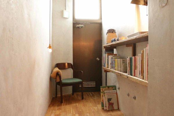 廊下奥にある読書スペースでゆっくり本を探すのも楽しい