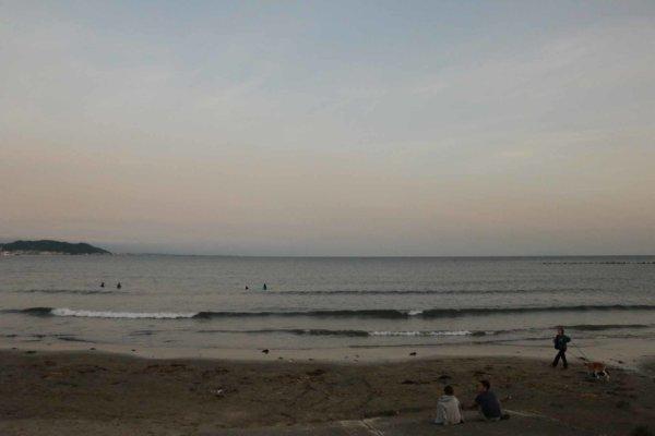 宿近くの浜辺の夕方
