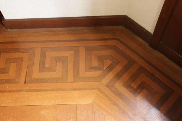 床にさりげなくあしらわれた箱根の寄木細工