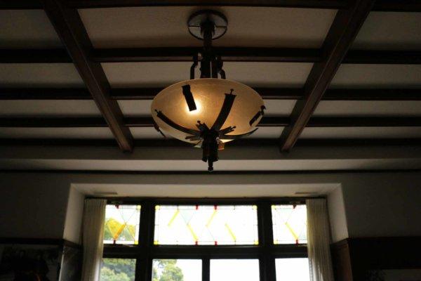 部屋ごとに窓や照明の意匠も異なる