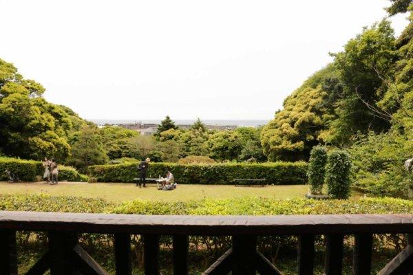休憩室のテラスからのぞむ庭園と湘南の海。庭でスケッチや写真を楽しむ人も多い