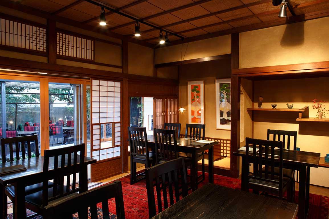 趣のある店内。縦型の2枚の絵は信州を中心に活躍する田嶋 健さんによる作品