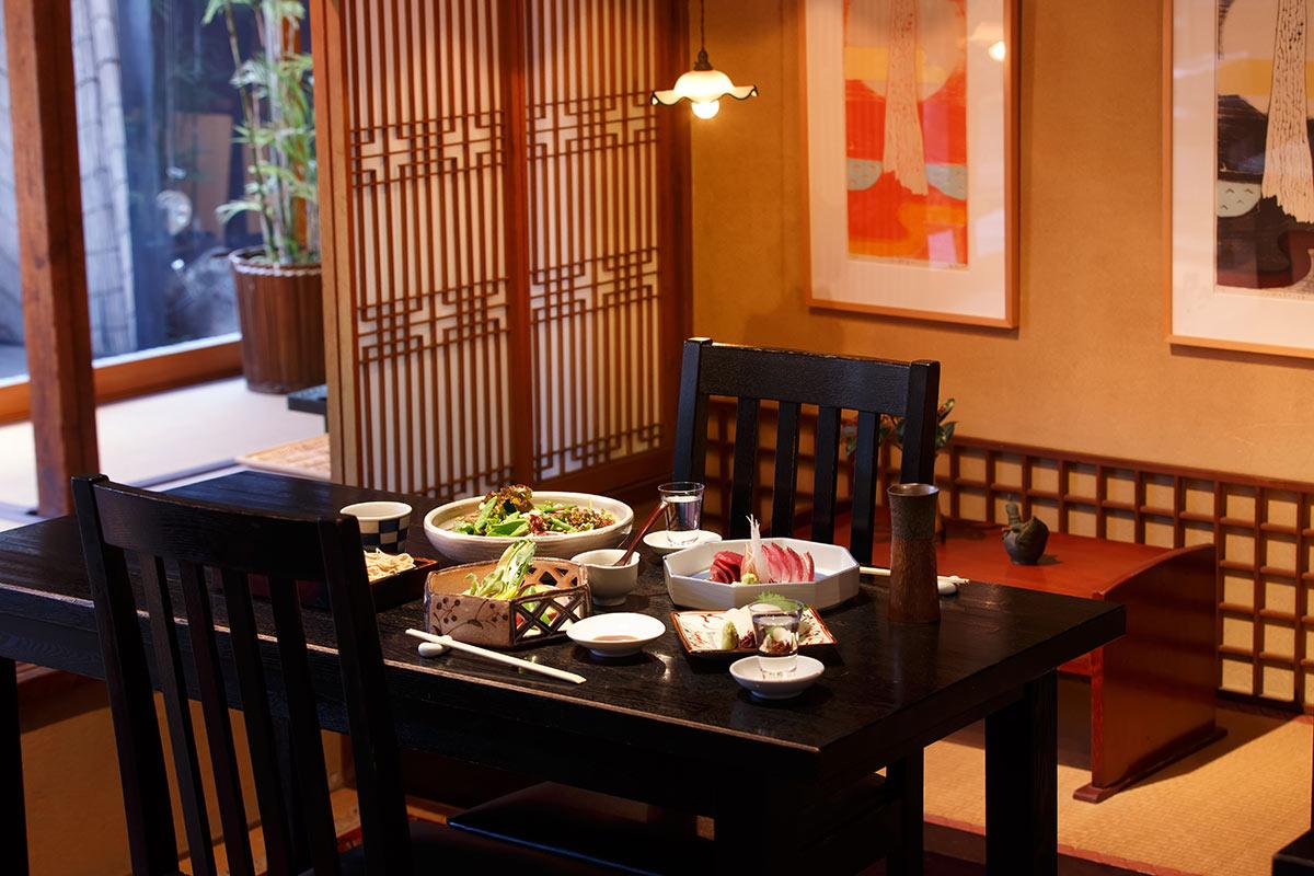 お料理の器も、日本全国から選りすぐりの作家による作品で、調度品としてよりも、実際に盛り付けたときに美しくなるものを選んでいるそうです