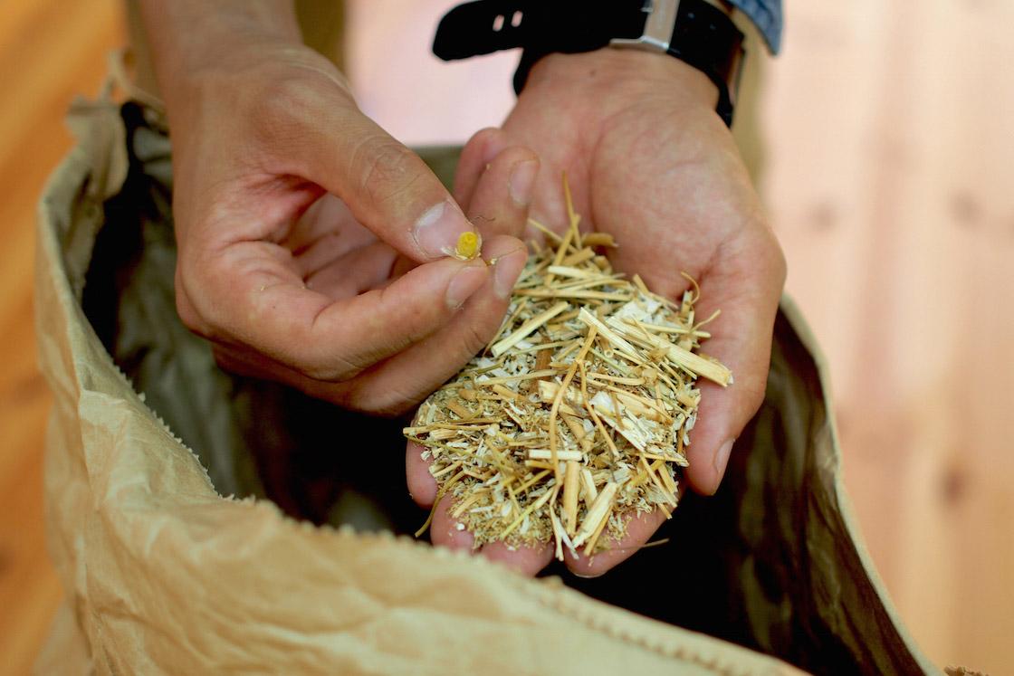 刻まれたカモミール。契約農家さんからは米袋で納入されます