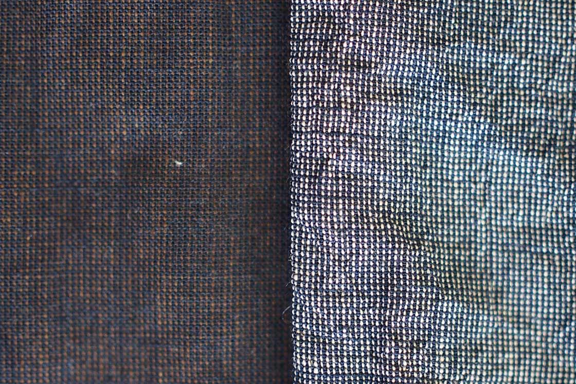 紺色に染めた糸とマンガン染めの茶色い糸を交互に並べて織った状態が左。これを中和させたものが右。マンガン染めの茶色かった糸は白くなり、紺色はそのまま残ります