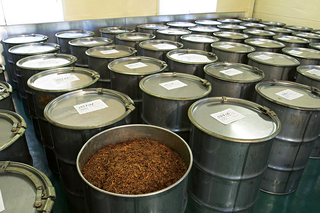 タンクでエキスを抽出中。タンクには生産者の名前や日時が記載され、安心・安全に管理されます