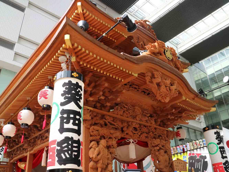 正面には桃太郎(左)と花咲爺(右)、欄干には十二支の彫り物。その他にも数々の神様や縁起物が彫られています
