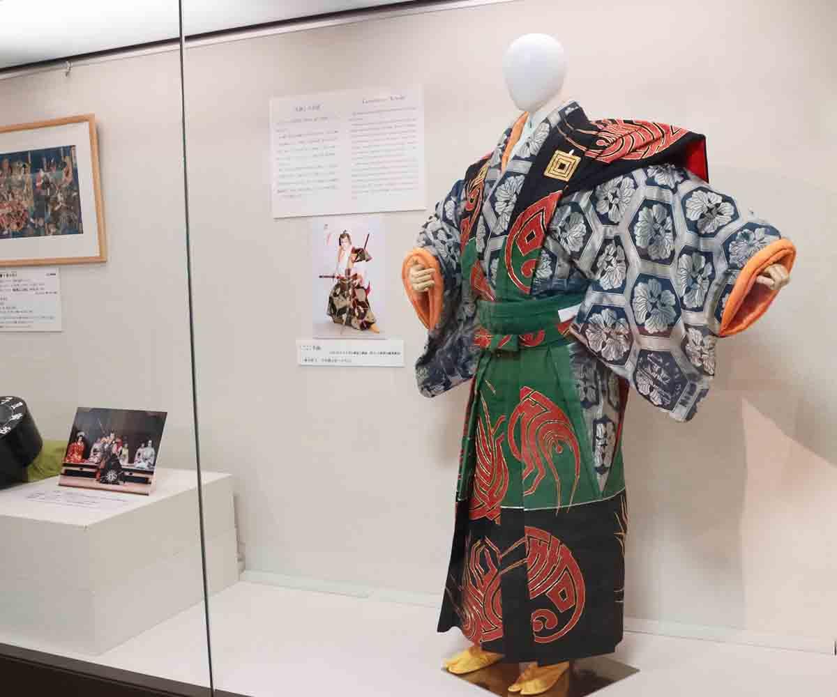 6月公演「毛抜」での主人公の衣装。演じる家ごとに衣装デザインも異なっており、こちらは市川宗家のもの。(海老蔵にちなみ海老で描かれた「寿」の文字があしらわれている)