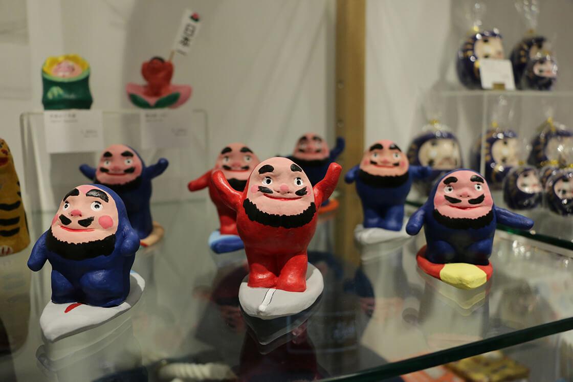 鎌倉八座で見つけた「三浦土人形」の波乗りだるま