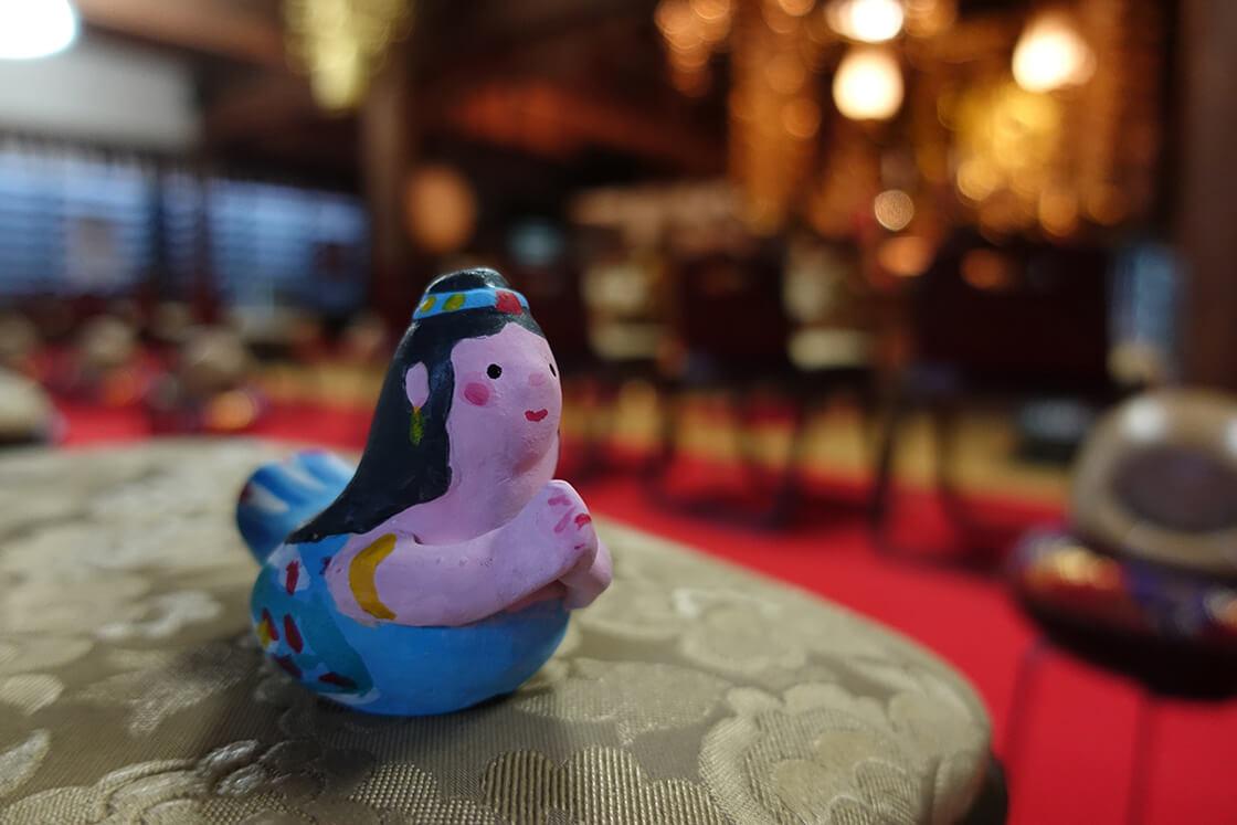 お父様への贈りものとして飾られていた迦陵頻伽がモチーフとなった人形は手を合わせていました
