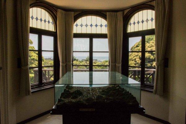 人気のジオラマがある部屋。もともと男の子の部屋だったそうで窓には青いステンドグラスが