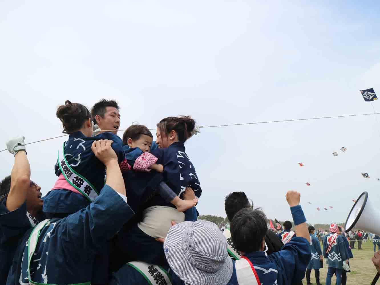 初子の誕生を祝う「初凧」を揚げる様子
