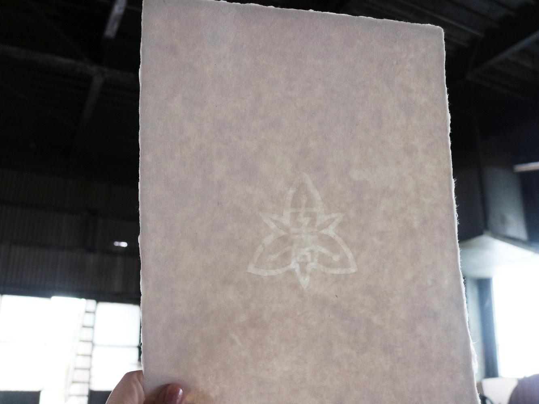 校章の入った卒業証書用に漉かれた市川和紙