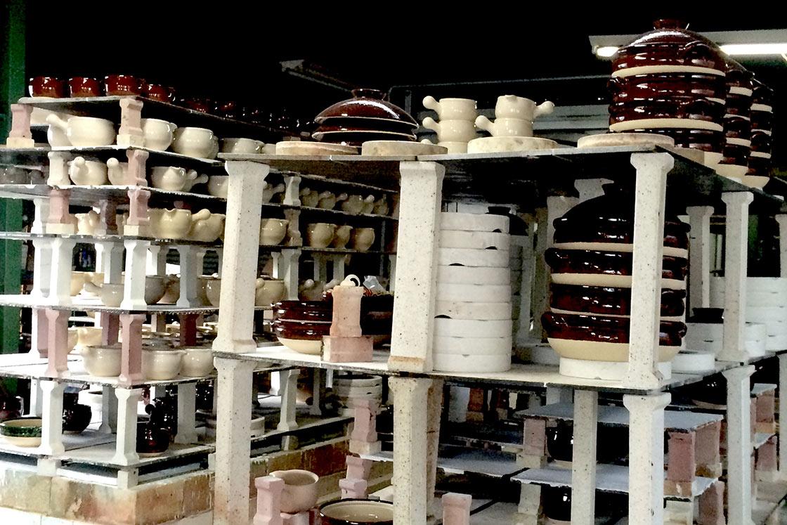 松山陶工場では伊賀の土をつかった大小さまざまな土鍋をつくっています