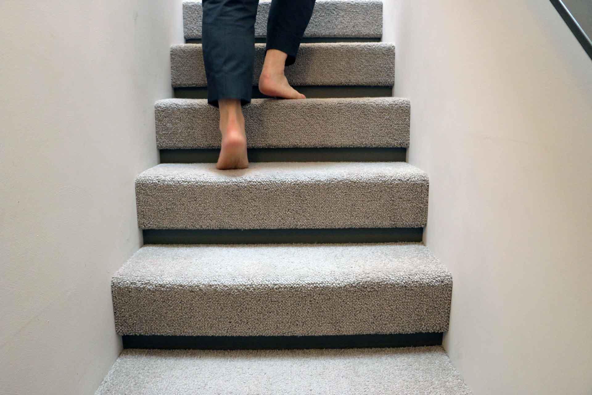 階段ももちろんカーペット敷き。見た目にもきれいなようにと、段の部分までカーペットでくるんである