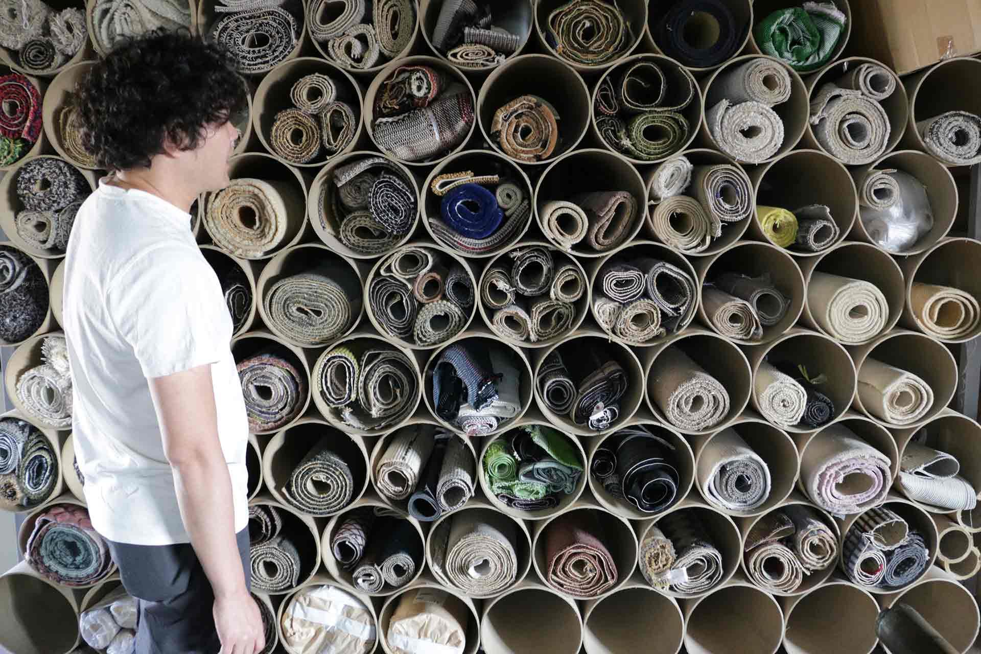 堀田さんにご案内いただいた生地のデッドストック。日々様々な質感・デザインが開発されている