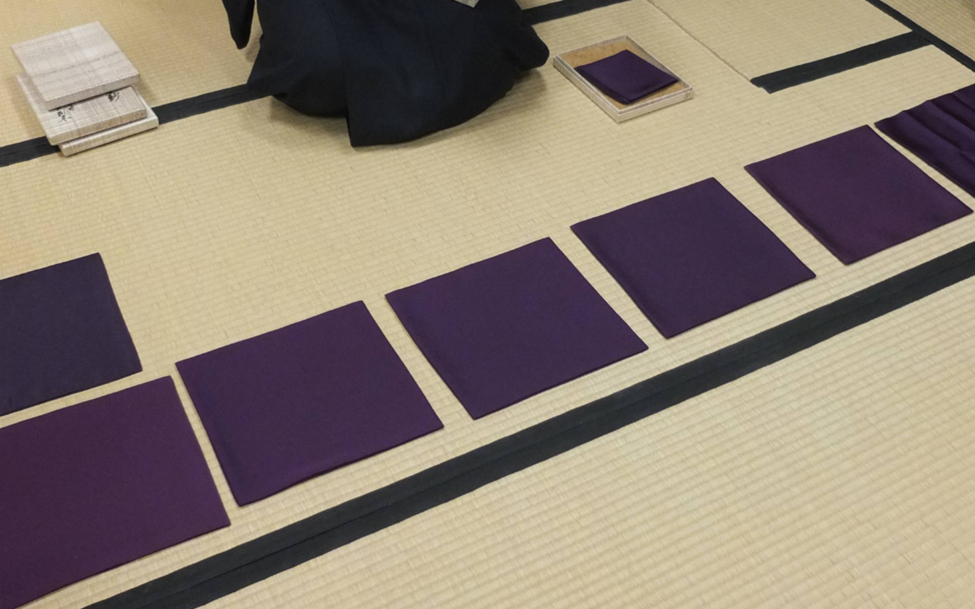 棗や茶杓を清める帛紗は、たださばき方を習うのではなく、正方形でないその形の理由まで教わりました