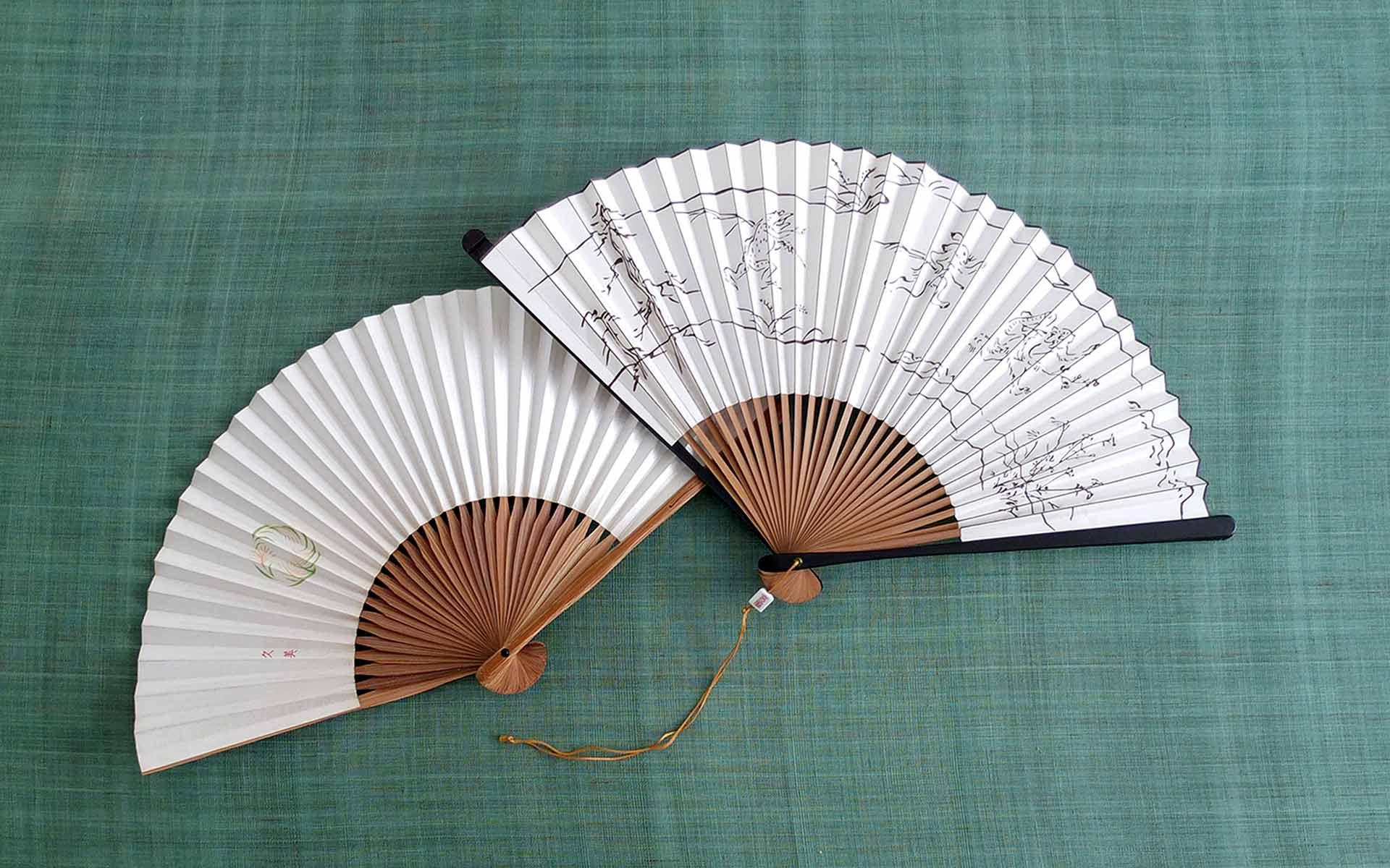 以前、細萱久美さんの記事で紹介された宮脇賣扇庵 (みやわきばいせんあん) さんは、まさに扇子発祥の地、京都で200年続く老舗です