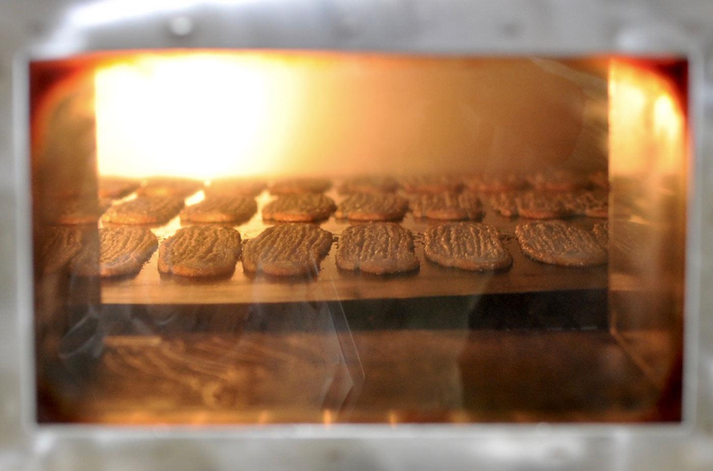 うなぎパイが焼きあがる窯の様子