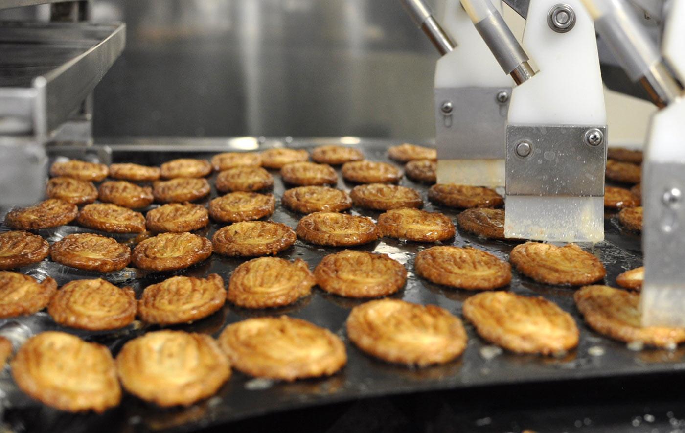うなぎパイの製造風景