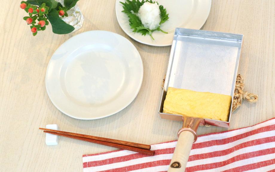 安野モヨコの『オチビサン』と考える 日本の工芸 第4弾「 オチビサンの卵焼き器」発売のお知らせ