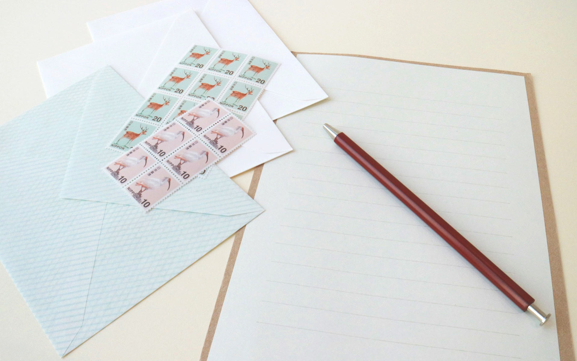 7月23日、ふみの日。手紙を彩る小さな芸術品「切手」