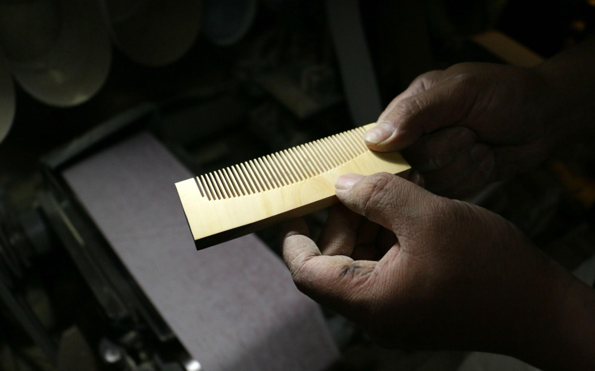 髪を綺麗にする京つげ櫛は、独自の「カラクリ」と職人の技で作られる