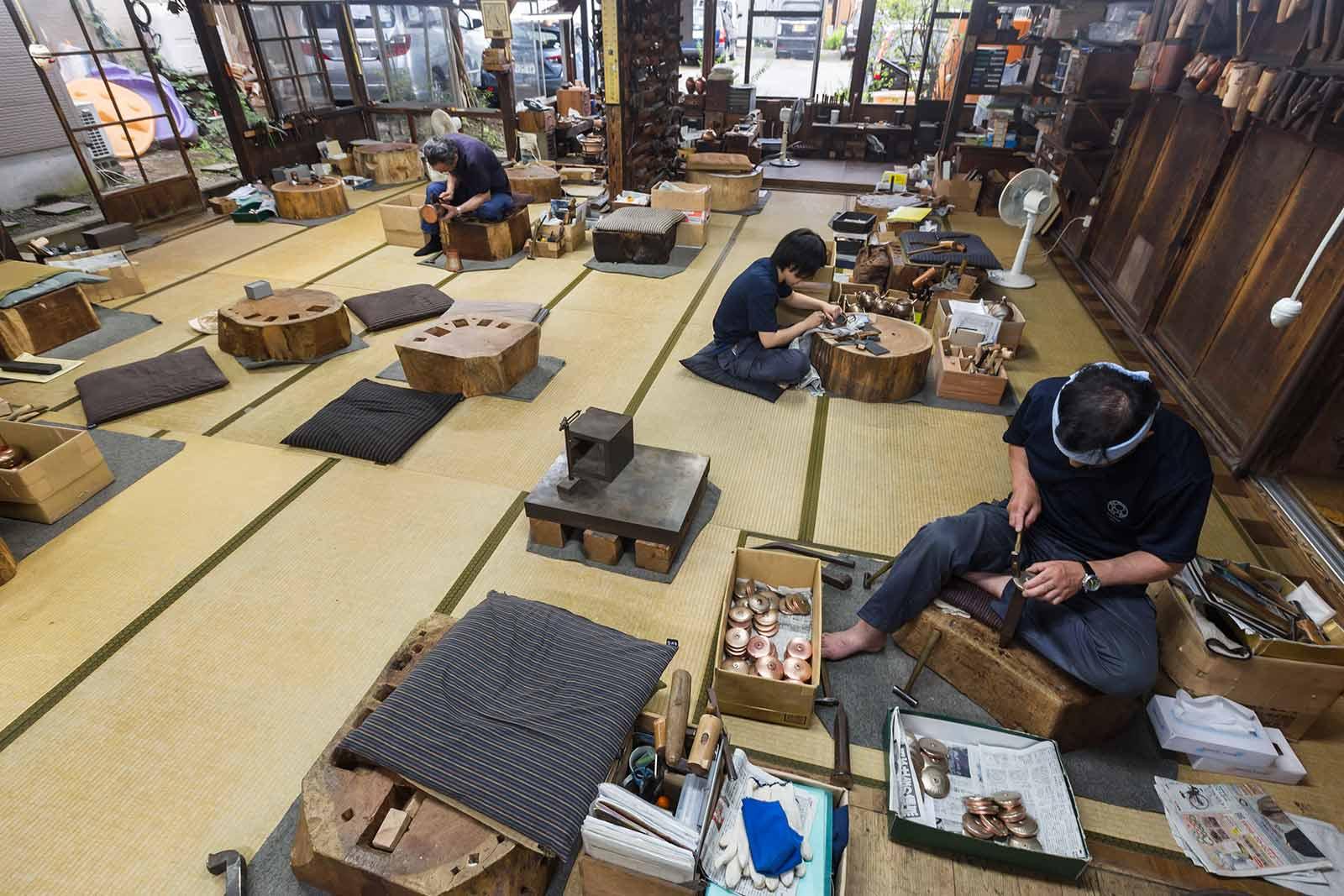 銅を叩く音がこだまする畳敷きの工房