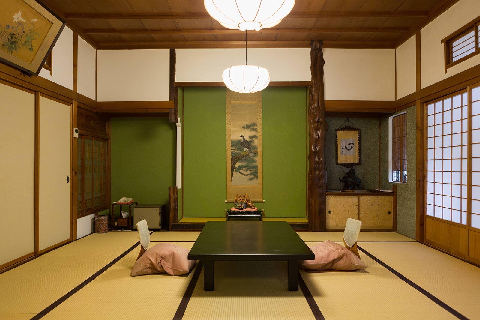 欄間や障子など各部屋で意匠が異なり、さすがは文化財という風格を感じる緑風館の一室