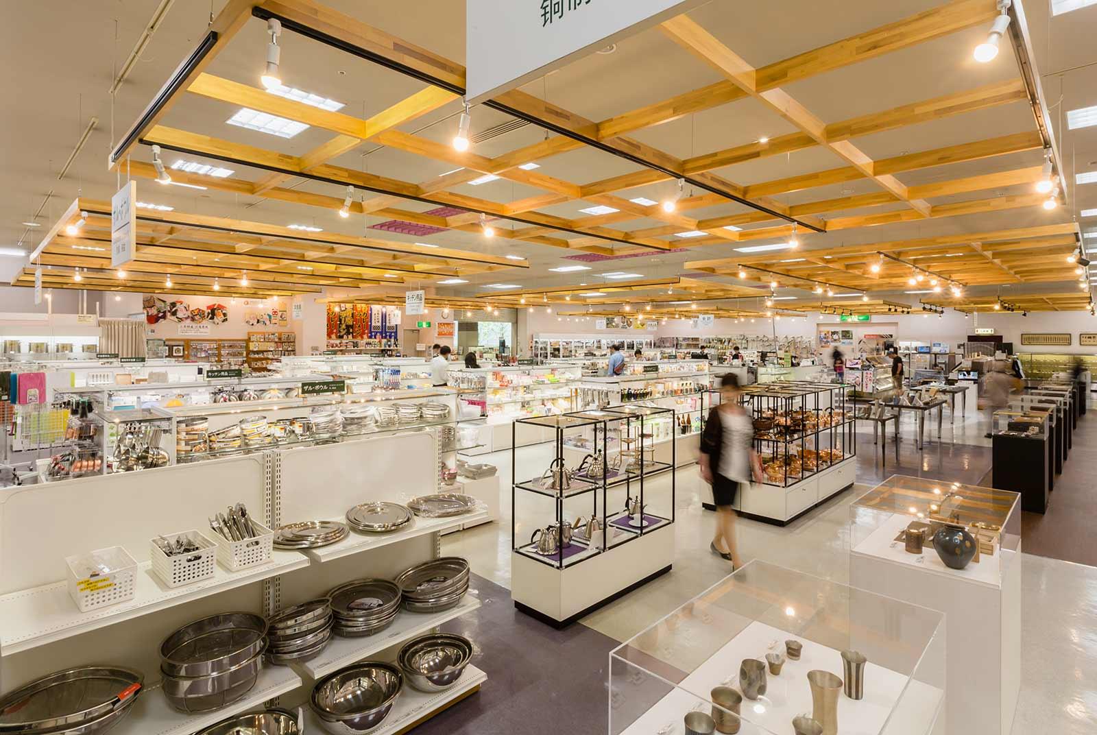 800平米の広大なスペースに約10,000点の洋食器・刃物などが展示・販売されている