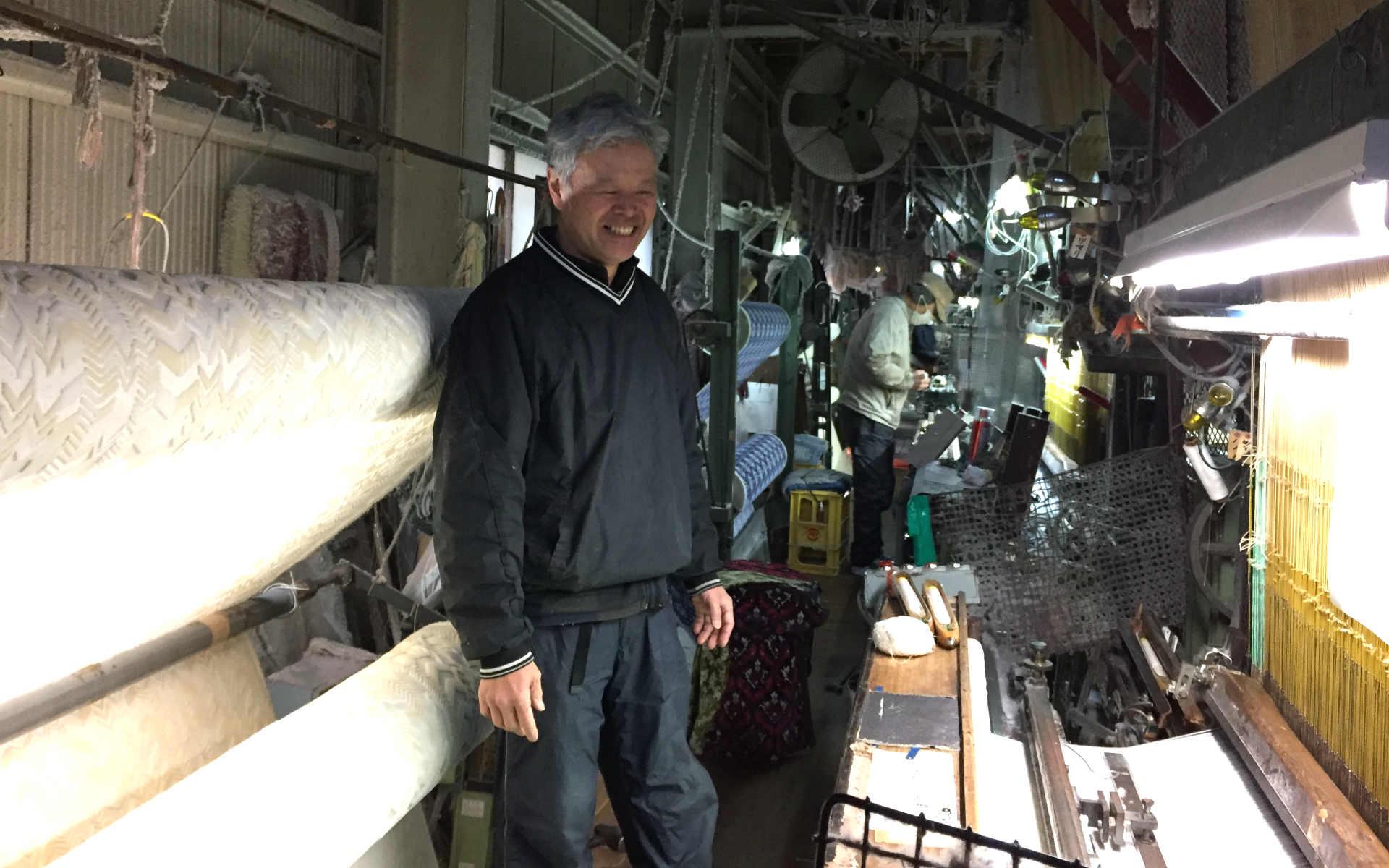 ご案内いただいた中矢さん。パイル織りの機械を前に