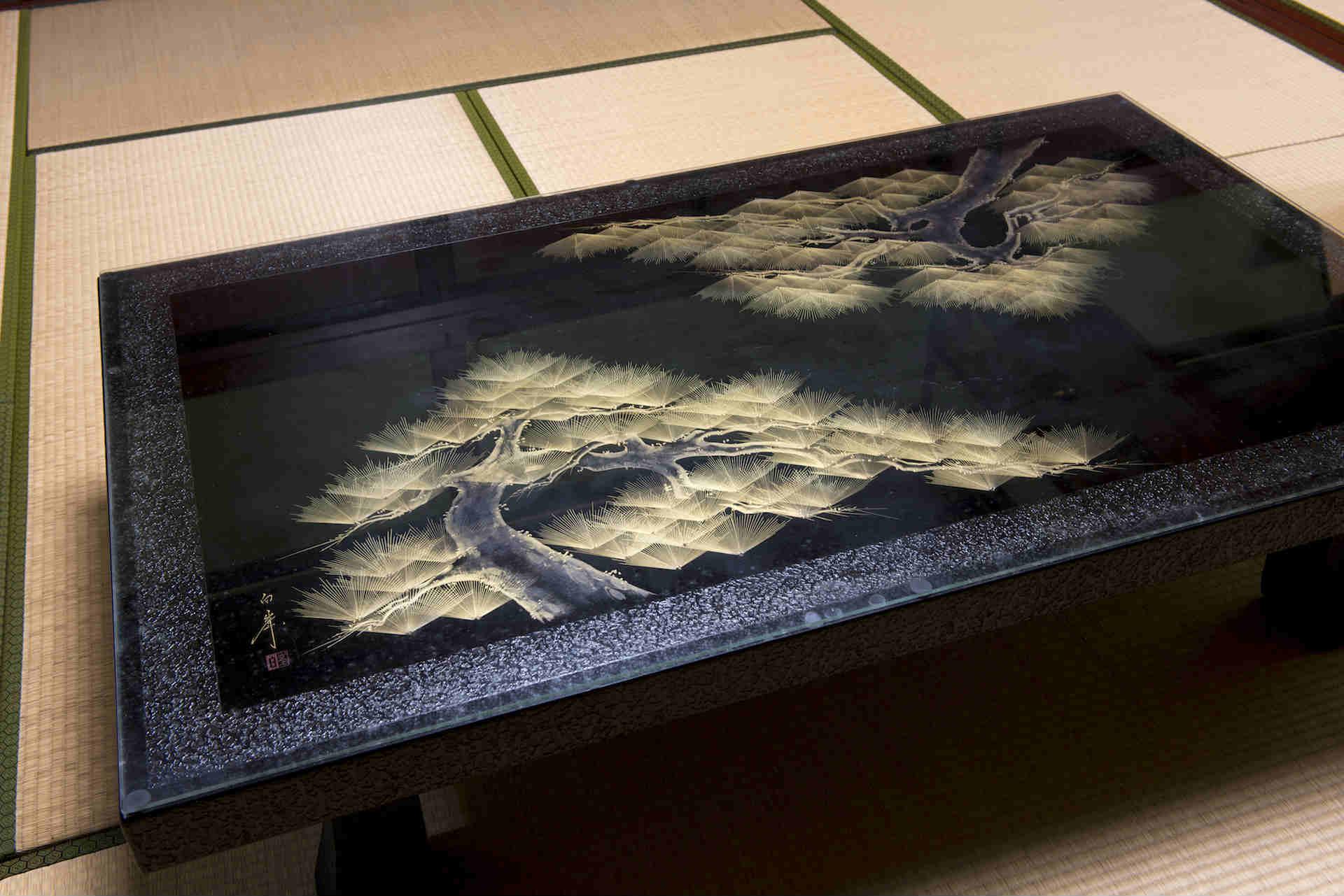 繊細な手仕事が光る座卓 (撮影:上田順子)
