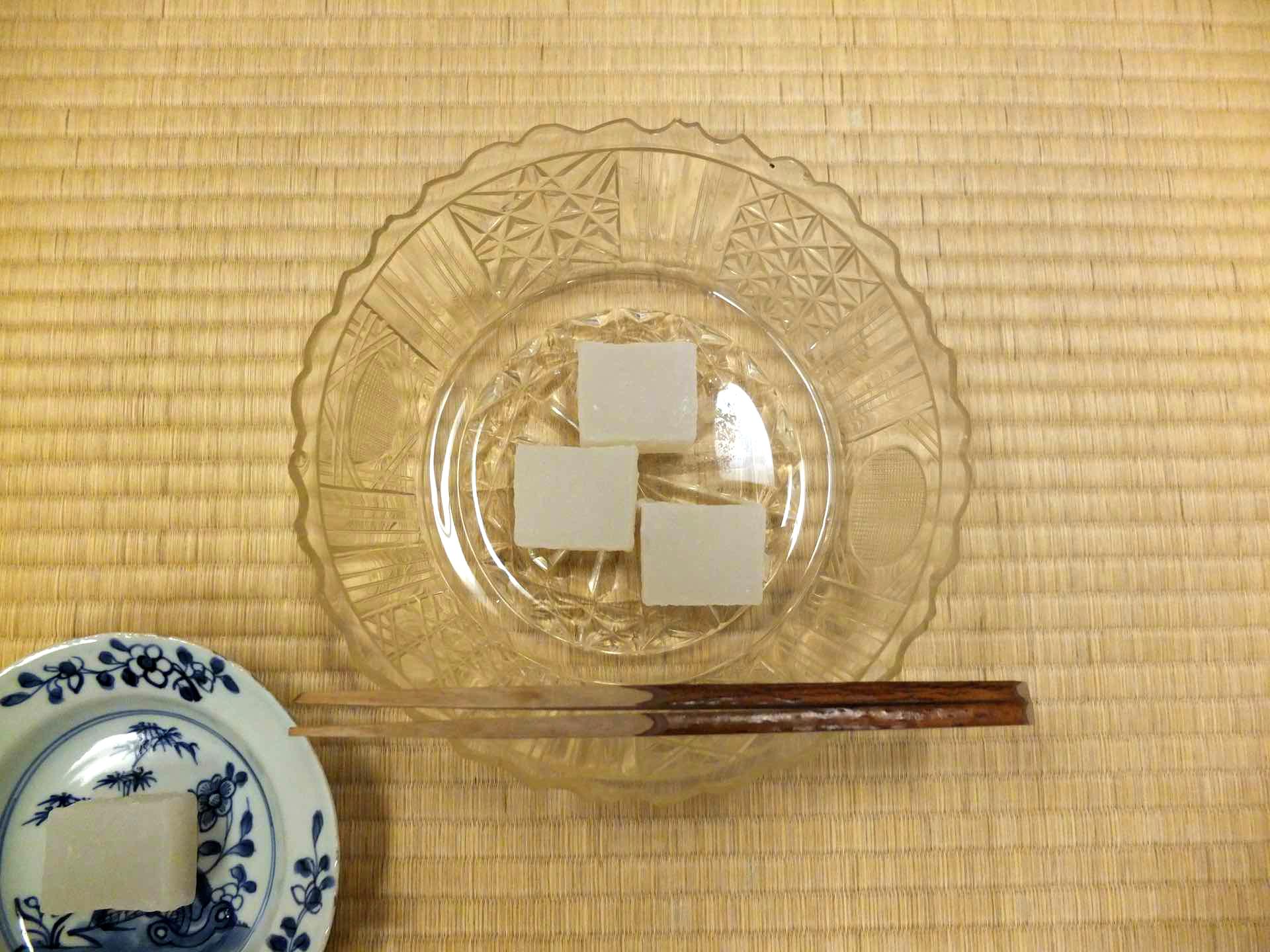 8月の菓子鉢は涼しげな江戸切子の器。江戸時代に作られたものだそうです