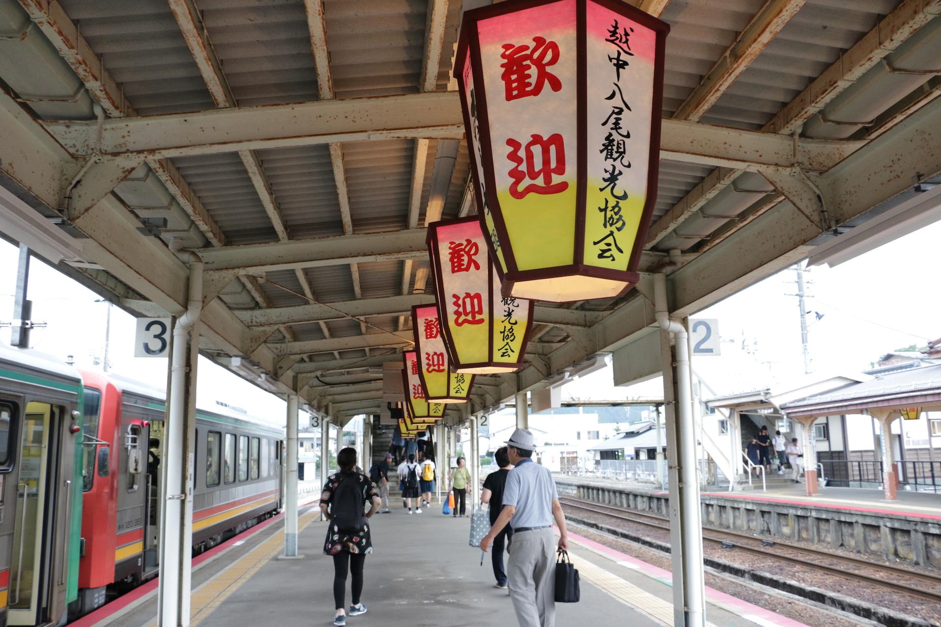 風の盆を終えた翌朝の風物詩、始発電車の見送り舞台となる越中八尾駅