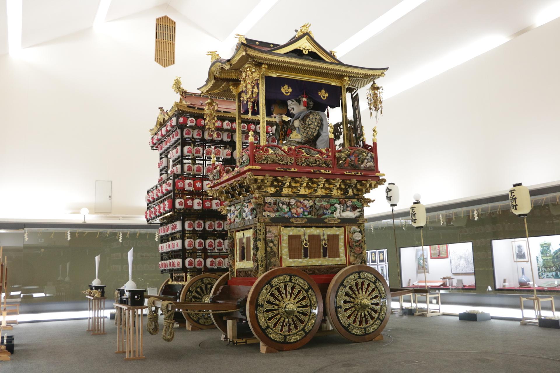 「おわら」の他に、5月の曳山祭も有名な越中八尾地域。展示館内に保存されている曳山も豪華絢爛です
