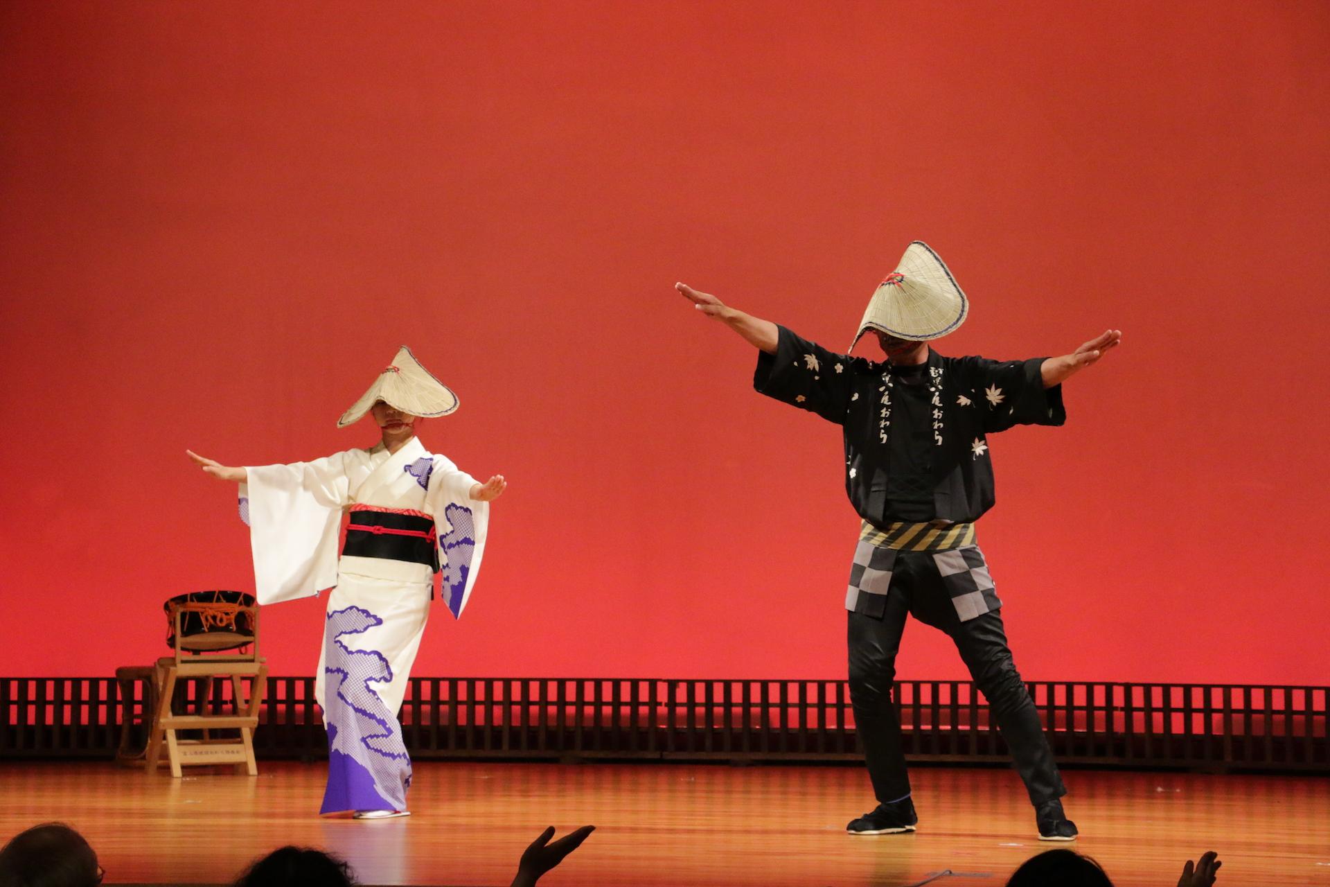 基本の踊りを解説中。男女で踊り方が少しずつ異なります