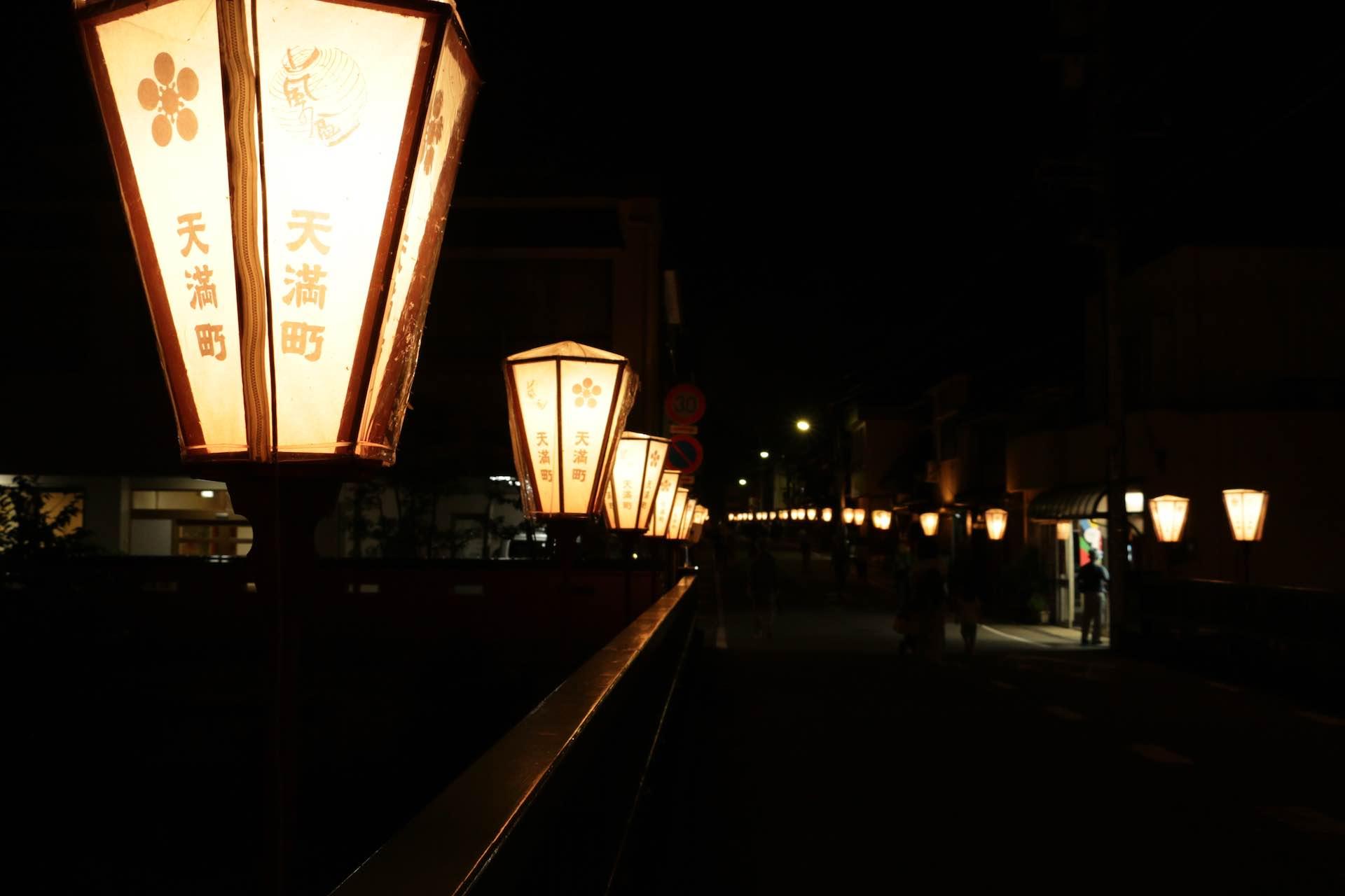 ぼんぼりが町の夜をいろどります