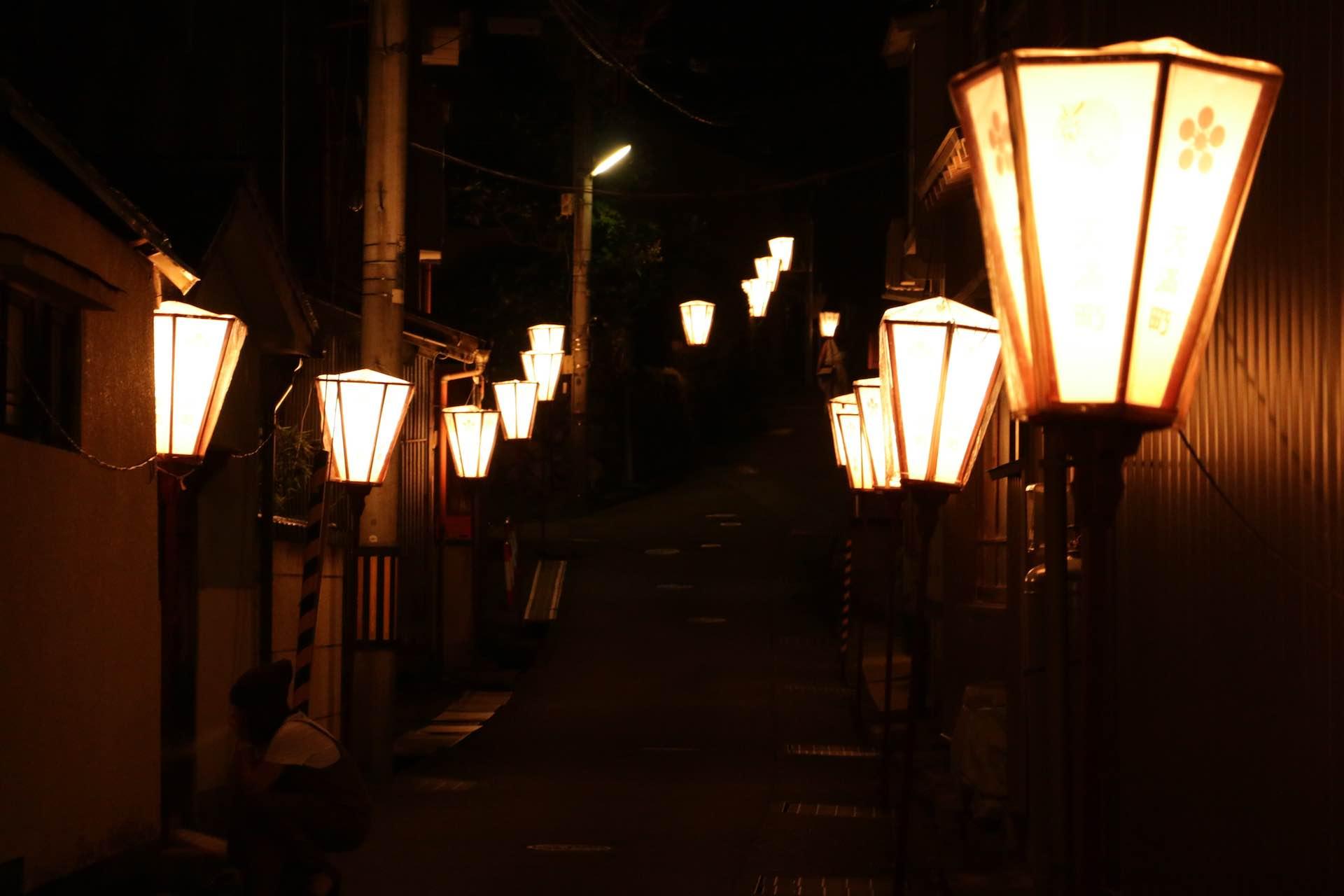 細い路地にもオレンジの灯り