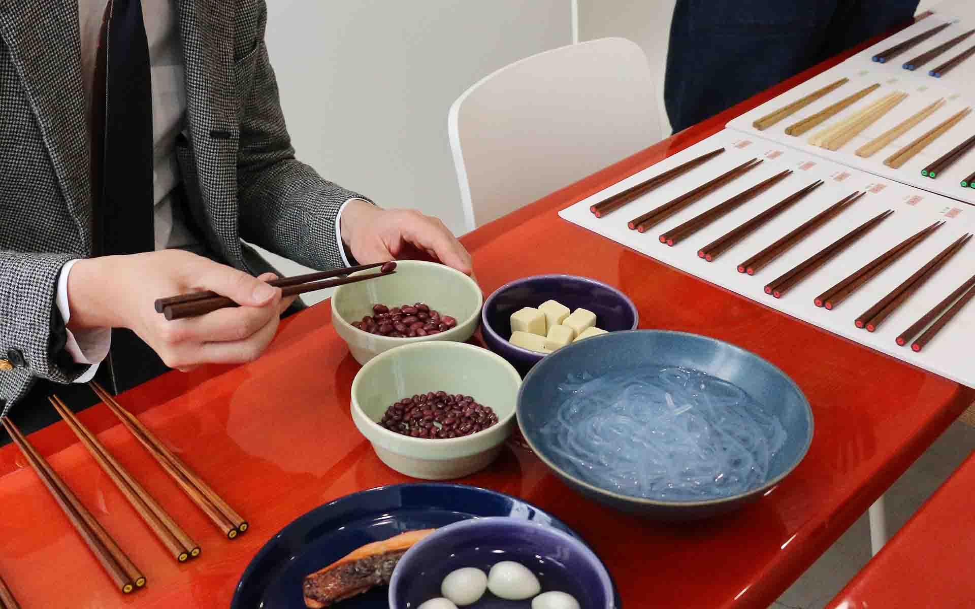箸の形状の違いによる掴みやすさ、使い心地を調べるために、箸使いに少し手間がかかる食材を選んで検証しました。食材は、あずき、焼き魚、しらたき、うずらの卵、高野豆腐