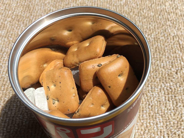 賞味期限5年の缶入り「カンパン」。缶切りいらずで開けられる缶の中には、氷砂糖も同封されている。氷砂糖を一緒に食べることで唾液を出しやすくして、食べやすさを高める働きもあるそう