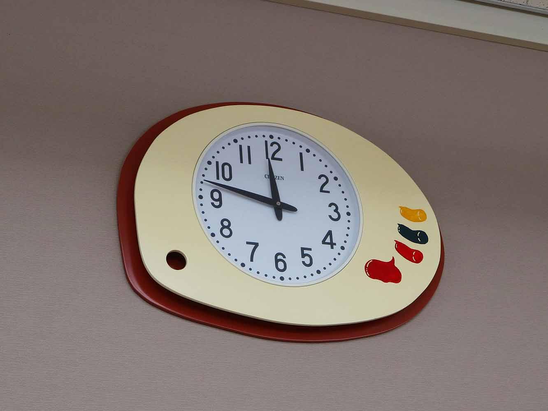 保護者の方々によって手作りされた蒔絵フレームの時計は、各教室に合わせたオリジナルデザイン。こちらは図工室で、絵の具のパレットがモチーフ
