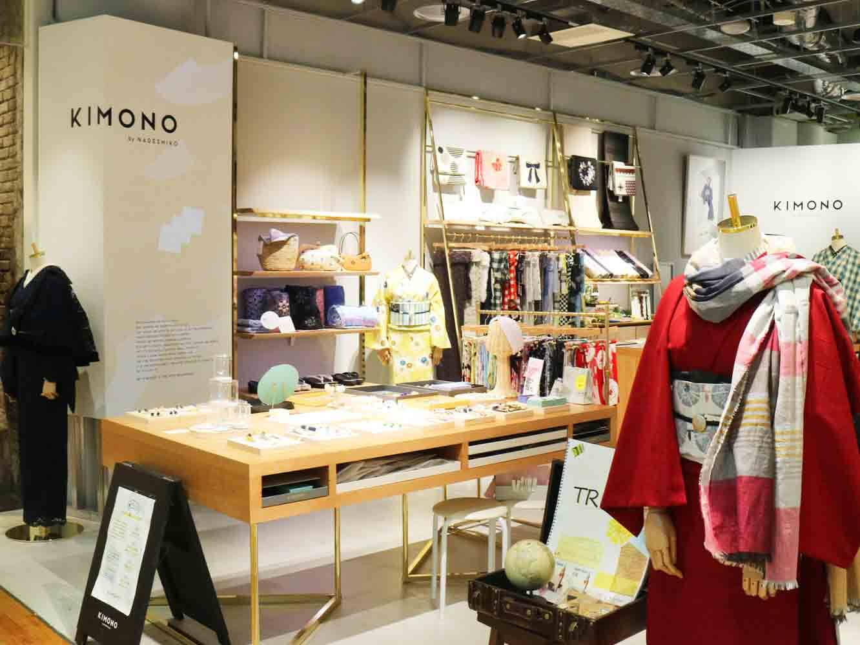 「KIMONO なでしこ原宿表参道店」店頭にはストールを巻いたスタイリングなどカジュアルに楽しめる提案も